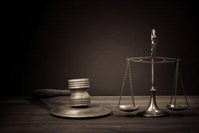 Картина Законодательство весы, судья молоток на стол. Символ правосудия