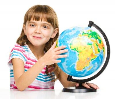Картина Маленькая девочка изучает глобус