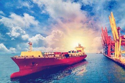 Картина Логистика и перевозка международного контейнерного грузового судна с портовым краном-мостом в порту для логистического импорта экспортного фона и транспортной отрасли. Винтажный цвет.