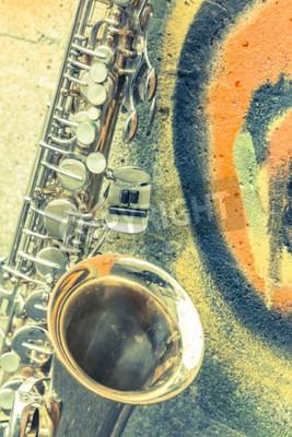 Картина Одинокий старый саксофон опирается на кирпичной стене заброшенной за пределами джаз-клуба