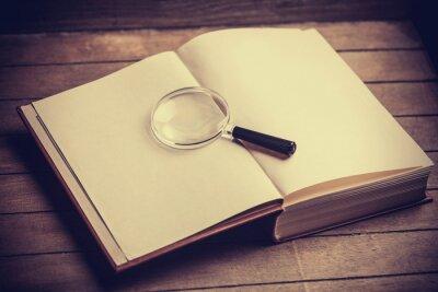 Картина Loupa и книга на деревянный стол