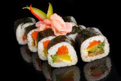 Картина Маки суши подается на черном фоне