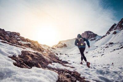 Картина Человек работает на снегу на горе
