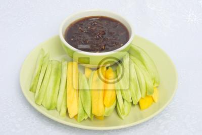Манго со сладким соусом рыбу