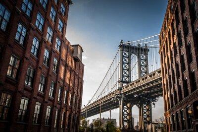 Картина Манхэттен мост видно из узкой аллее заключены два кирпичных зданий в солнечный день летом