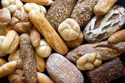 Картина Многие смешанные хлеб и булочки, снятые сверху.