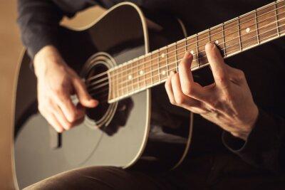 Картина Мужчины играют на гитаре крупным планом выстрел