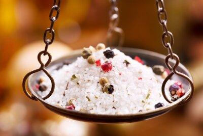 Картина смесь соли и перца в старинных весов чаша
