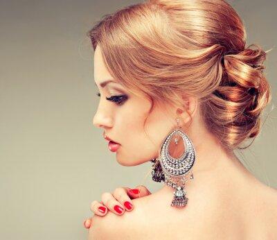 Картина Модель с красными ногтями и симпатичный прическа