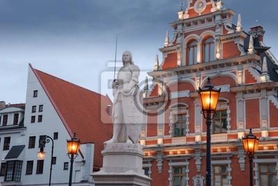 Памятник Роланда в Риге в площади старого города.