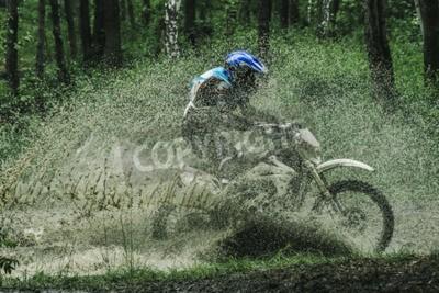 Картина Мотокросс велосипед пересечения ручей, разбрызгивание воды в конкурсе
