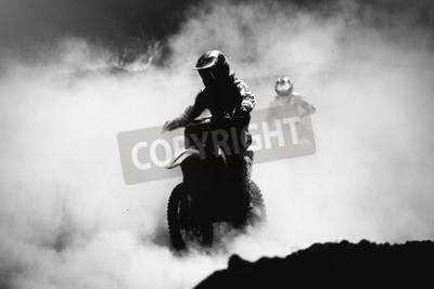 Картина Мотокросс-гонщик, ускоряющийся в пыли, Черно-белый, высококонтрастный снимок