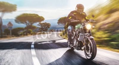 Картина мотоцикл на дороге. с удовольствием проезжая пустую дорогу в путешествие на мотоцикле. copyspace для вашего индивидуального текста.