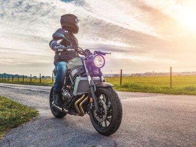 Картина Мотоцикл по дороге езда. Весело катаясь на пустой дороге на мотоцикле тур / путешествие