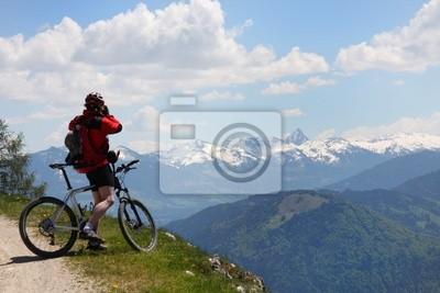 Mountainbiker унд Панорама в ден Alpen