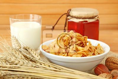 Мюсли в миску с орехами, молоком и медом