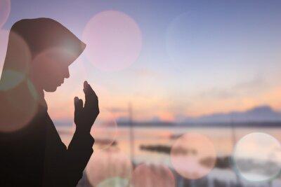 Картина Мусульманская женщина молиться и красивый фон ..