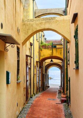 Картина Узкая улица, ведущая к Средиземному морю в старом городе Varig