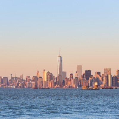 Картина Нью-Йорк Сити Манхэттен центре горизонт на закате с небоскребов освещаемых над панорамой на реку Гудзон. Площадь композиции, копия пространства.