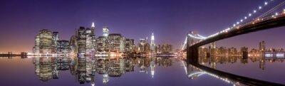 Картина Нью-Йорка и отражения в ночное время