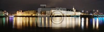 Ночная панорама со зданиями и рекой
