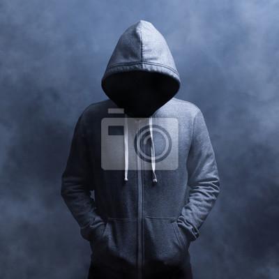 Невидимый мужчина в капюшоне. На синем фоне в дыму