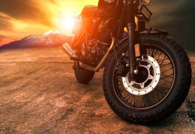 Картина старый ретро мотоцикл и красивый фон неба заката
