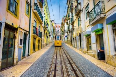 Картина старые улицы городка и трамвай в городе Лиссабон, Португалия