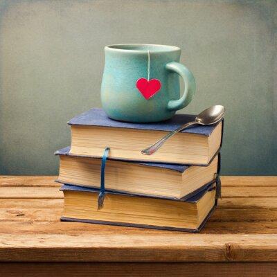 Картина Старый старинных книг и чашка с форме сердца на деревянный стол