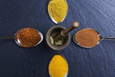 Картина восточные специи индийские карри красный перец мускатный орех на сланце