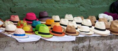 Картина Панама шляпы изложены на продажу на открытом рынке воздуха в Боготе Col