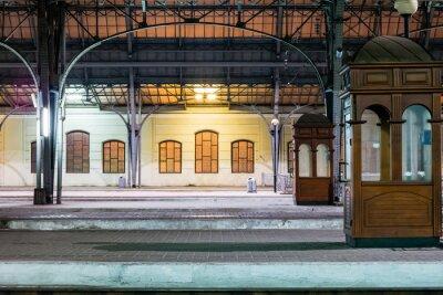 Картина Пассажирской платформы в ночное время на железнодорожном вокзале. Железнодорожный вокзал в ночное время.