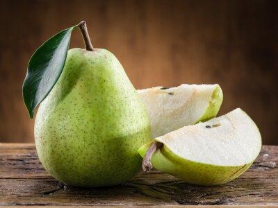 Картина Груша фрукты с листом на деревянном фоне.