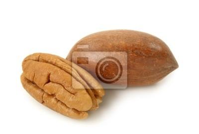 Орехи пекан на белом фоне