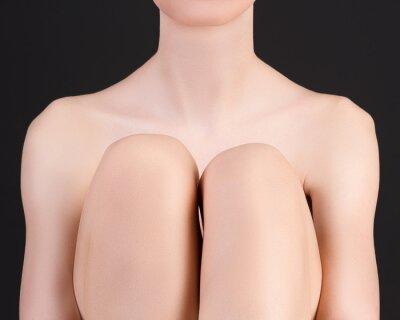 Совершенное сексуальное женское тело на сером фоне