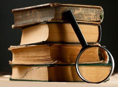 Картина Куча старых книг с увеличительным стеклом