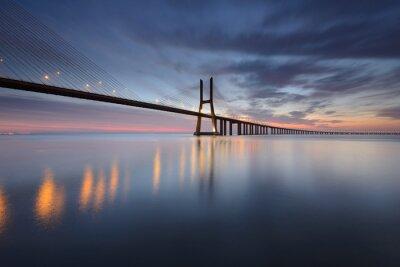 Картина Понте Васко да Гама Sobre о Rio Tejo эм Lisboa ао Nascer ду-Сол