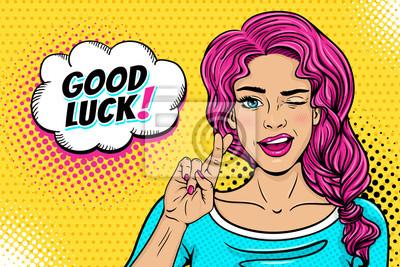 Поп-арт женское лицо. Сексуальная молодая женщина подмигивает розовыми волосами и открытой улыбкой, скрещенными пальцами для символа удачи и пузырь речи удачи на полутонах. Векторные красочные иллюстр