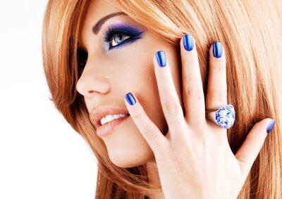 Картина Портрет красивой женщины с голубыми ногтями, голубой макияж