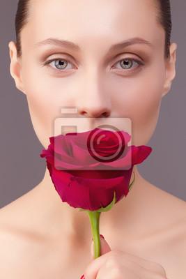 Портрет красивой молодой женщины с розой
