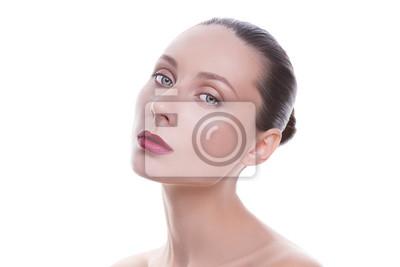 Портрет молодой красивой женщины на белом фоне