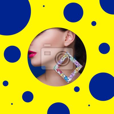 Портрет молодой сексуальность девушки на желтом фоне крупным планом