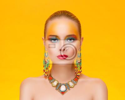 Портрет молодой сексуальность женщины в ювелирных изделий на золотом фоне