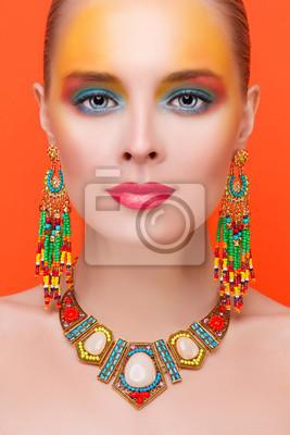 Портрет молодой сексуальность женщины в орнаменты на оранжевом фоне