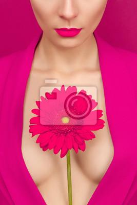 Портрет молодой женщины с цветком на розовом фоне