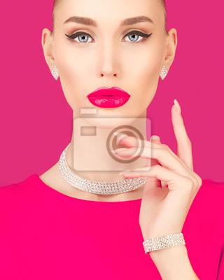 Портрет элегантная молодая женщина на розовом фоне