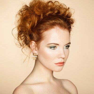 Картина Портрет красивой чувственной женщины с элегантная прическа