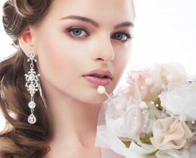 Картина Портрет красивая молодая невеста на белом фоне