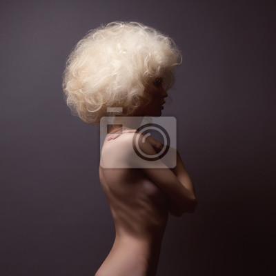 Портрет молодой женщины с красивыми густыми волосами