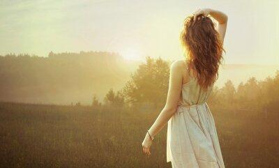 Картина Довольно брюнетка женщина, наблюдая закат